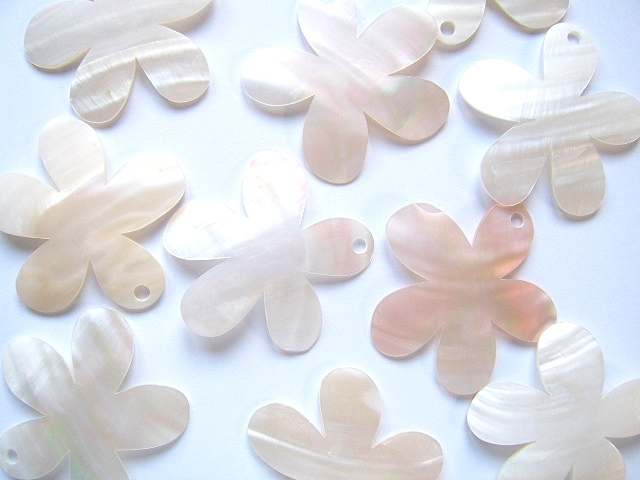 White Shell Pendant - 55mm Daisy
